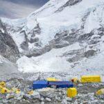 Covid-ul a ajuns și la tabăra de bază a Everestului, iar sezonul de ascensiuni riscă să fie compromis