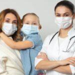 Lege nouă: părinții cu SARS-CoV-2 vor putea fi tratați în secțiile de pediatrie unde se află internați și copiii lor