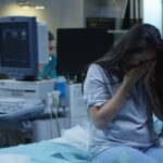 O gravidă a pierdut copilul pentru că a fost pusă să aștepte 2 ore în parcarea spitalului din cauză că avea Covid